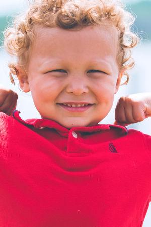 Kuvassa pieni poika. Vahingoitatko lapsesi kehonkuvaa? Testaa itsesi! Kuva: Ben White.