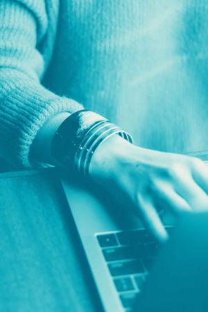 Tekstit: Tekstinkäsittely, Digitreenit, yle.fi/oppiminen. Taustakuvassa sormet näppäimistöllä.