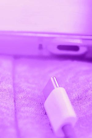 Tekstit: Kuvien siirto, Digitreenit, yle.fiu/oppiminen. Valokuvassa tietokoneen usb-portti.