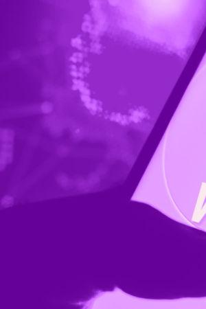 Tekstit: Mikä on VPN? Digitreenit. Yle.fi/oppiminen. Taustakuvassa pitkä käytävä.
