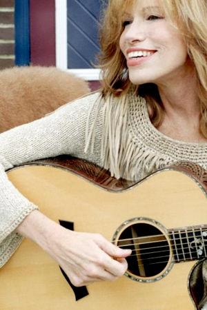 Laulaja Carly Simon kitara kädessään