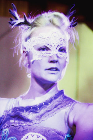 Sirkustaiteilija Pauliina Räsänen kasvoillaan valkoinen naamio