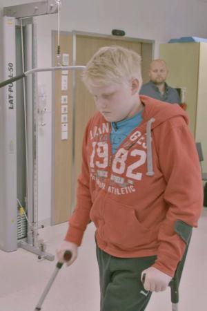 15-vuotias Topi opettelee kävelemään uudestaan.