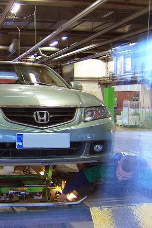 Honda-merkkinen auto katsastuksessa.