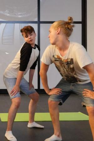 Uuden Päivän näyttelijät tanssivat studiossa.