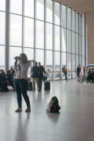 Matkailijoita odotushallissa.