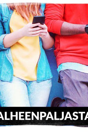 Neljä nuorta kännykät kädessä.