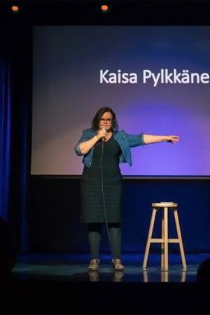 Stand up -koomikko Kaisa Pylkkänen esiintymässä Yhdysvalloissa klubilla.