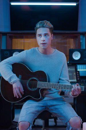 Niklas (Johannes Brotherus) istuu kitara kädessä studiossa.