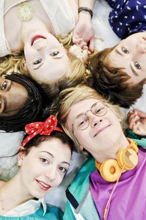 Uuden päivän näyttelijöitä makaa selällään ympyrässä päät vastakkain.
