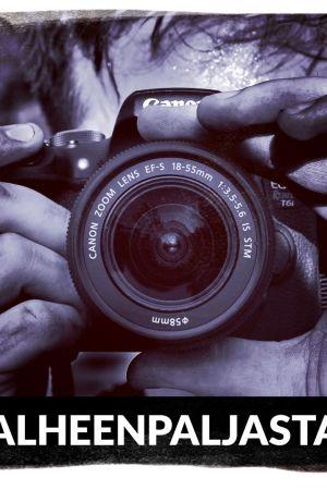 mies ottaa kuvaa kameralla