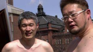 Två japaner på konferens i Helsingfors överraskas med bastubad på torget.