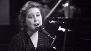 Carita Holmström esiintyy Suomen euroviisukarsinnoissa 1974