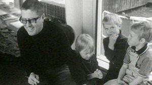 Kirjailija Henrik Tikkanen lasten seurassa