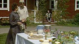 Eila Haapaniemi ja Jaakko Kolmonen pitopöydän äärellä