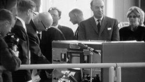 Presidentti Urho Kekkonen käynnistää Teknillisen korkeakoulun tutkimusydinreaktorin 1962.