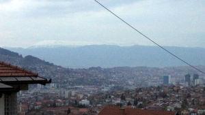 Sarajevo kuvattuna vuorenrinteeltä