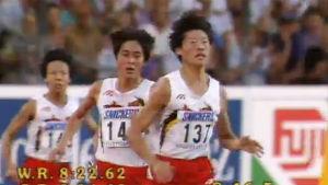 Kolme kiinalaista naisjuoksijaa juoksee Stuttgartin MM-kisoissa 1993.