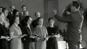 Vapaakirkkolaiset laulavat jumalanpalveluksessa