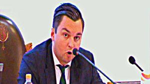 Joakim Strand leder ordet i Vasa fullmäktige.