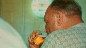 Mies juo olutta perinteisessä kapakassa