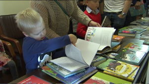 Barn bläddrar i bok