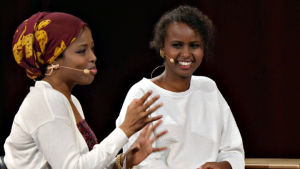 Kirjailijat Nura Farah (vas.) ja Nadifa Mohamed