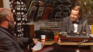 Eero Silvasti haastattelee säveltäjä Toivo Kärkeä tämän työhuoneessa.