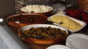Ruokaa Iftar-juhlassa ohjelmassa Sama Jumala kaikilla (2002)