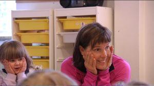 Eva-Lotta Backman-Winquist leder barnyoga på Folkhälsans daghem i Grankulla