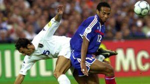 Italian puolustaja ja Ranskan hyökkääjä Thierry Henry törmäävät jalkapallon EM-finaalissa (2000).