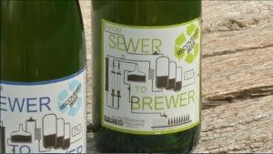 """Två ölflaskor där det står """"From sewer to brewer"""", alltså """"Från avlopp till ölbryggare""""."""