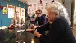 ungdomar spelar kort med handledare