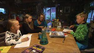Familjen Skog-Karén läser läxor