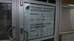 Helsingin kaupungin asuntopalvelupisteen ulko-ovi.