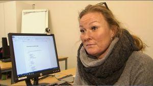 Charlotta Stude på it-kurs vid Helsingfors svenska arbetarinstitut