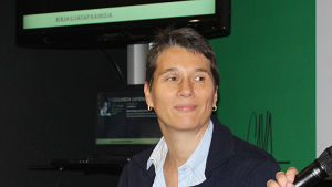 Italialainen kirjailija Cristina De Stefano haastateltavana Hgin kirjamessuilla.