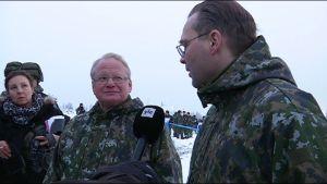 Sveriges och Finlands försvarsministrar träffas under en militär samövning i Rovajärvi i Lapplans i november 2016