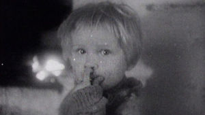 Lapsi katsoo lähikuvassa kohti kameraan.