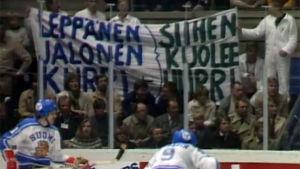 Kannustajia jääkiekkokatsomossa 1993