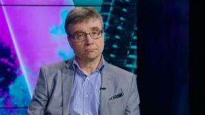 Matti Merisalo ser ledsen ut och ser in i kameran.