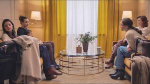 På bilden syns Alida Morberg (Vera), Liv Mjönes (Carro), Madeleine Martin (Jassi) och Louise Petrhoff (Theresa) i tv-serien Amningsrummet.