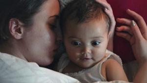 """På bilden syns skådespelaren Madeleine Martin hålla i en bebis i serien """"Amningsrummet""""."""