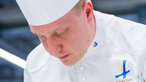 Kristian Vuojärvi lagar mat.