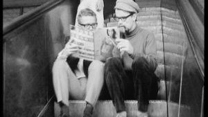 Vanhassa mustavalkoisessa kuvassa kaksi nuorta miestä lukee Jallua