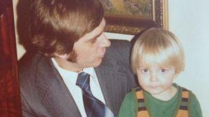 Christer Schoultz i sin pappas famn 1976.