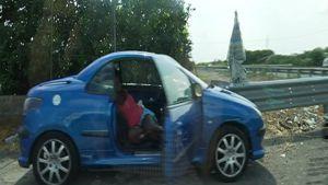 Nigerianska prostituerade vid vägkanten i Sicilien.