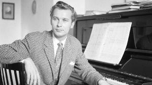 Aulis Sallinen (silloinen RSO:n intendentti) pianon ääressä 1960