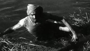 Intialainen palvelija hakee vedestä metsästyssaalista ohjelmassa Vierailu Intiaan (1965)