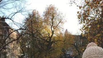 Vasabördiga Michaela Lipkin fotograferad i ett höstligt Utrecht med pittoreska kanaler och höstliga träd i bakgrunden.